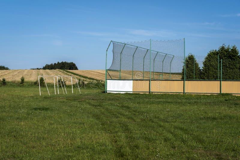Tenisowy sąd i dwa bramy na zieleniejemy pole zdjęcie stock