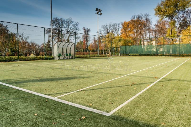 Tenisowy sąd w jesień parku obrazy stock