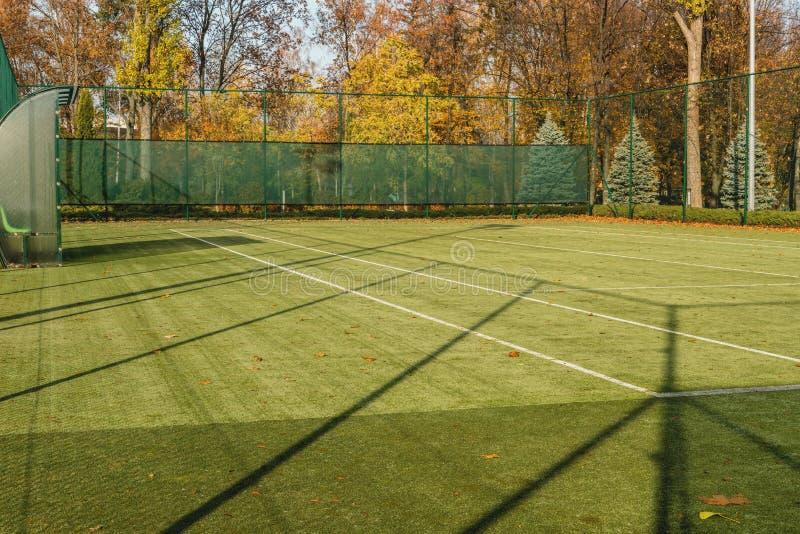 Tenisowy sąd w jesień parku zdjęcie royalty free