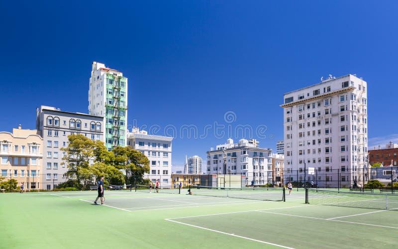 Tenisowy sąd z Transamerica ostrosłupem w tle, San Francisco, Kalifornia, usa, Północna Ameryka zdjęcie stock