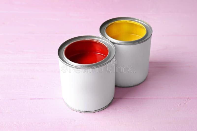 Tenn- cans med ljus röd och gul målarfärg royaltyfri foto