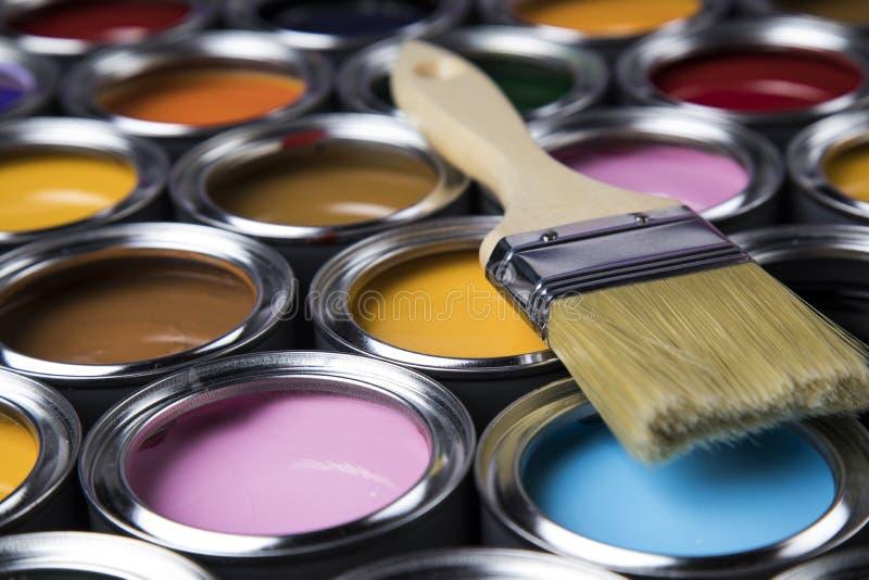 Tenn- cans med målarfärg och borstar arkivbilder