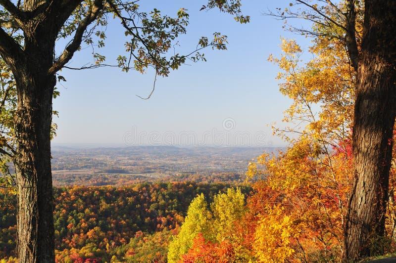Tennessee Valley van het Westen van het Uitlopersbrede rijweg met mooi aangelegd landschap in de Herfst stock fotografie