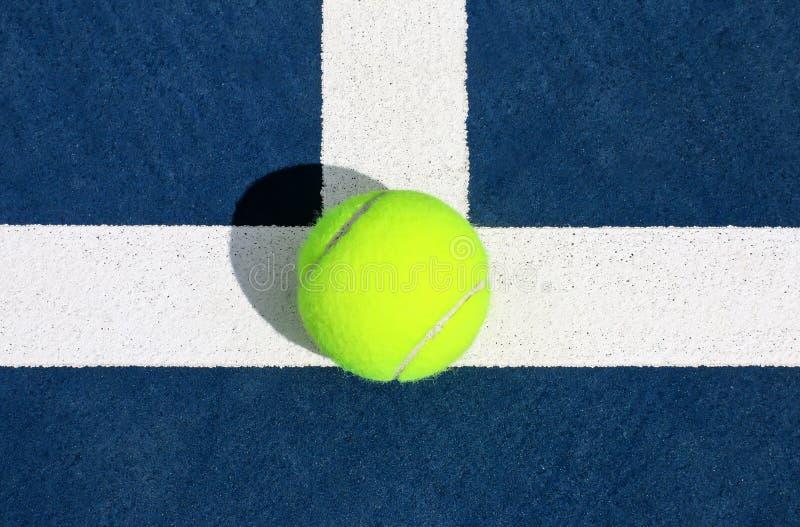 Tennis Ace på servicelinje arkivfoto