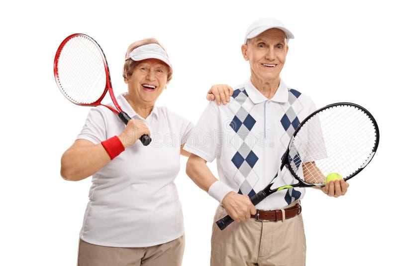 Tennis anziani che esaminano la macchina fotografica e sorridere immagini stock