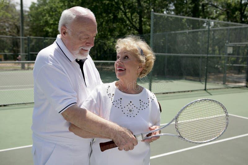 Tennis attivo del gioco degli anziani fotografia stock libera da diritti
