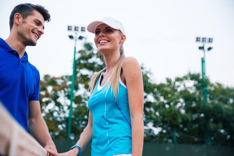 Tennis che parlano all'aperto immagine stock