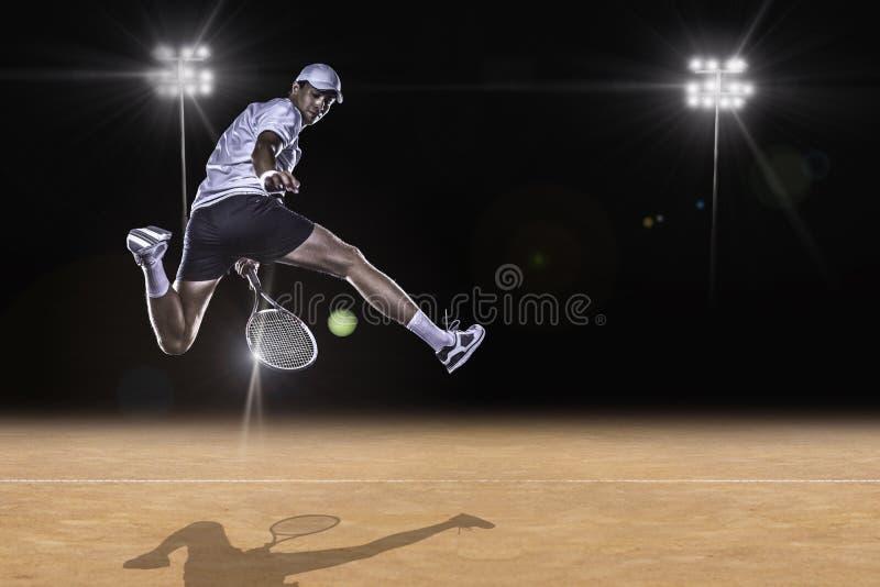 Tennis che raggiunge per la palla dura fotografia stock libera da diritti