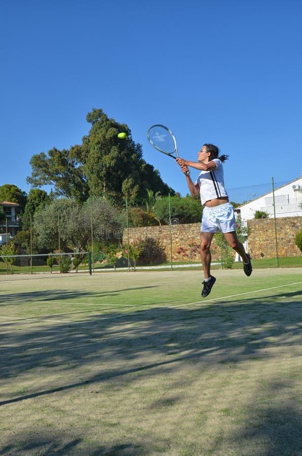 Tennis dans un beau jour photographie stock libre de droits