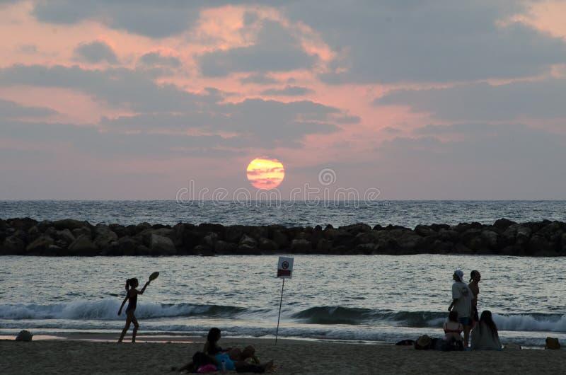 Tennis de plage de Matkot le soir sur un téléphone Aviv Beach photo stock