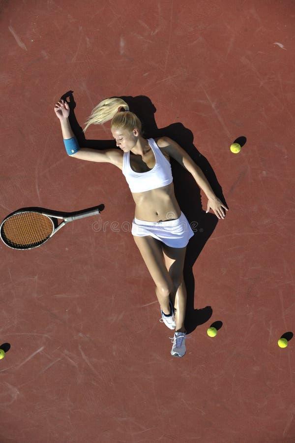 Tennis del gioco della giovane donna esterno fotografie stock libere da diritti