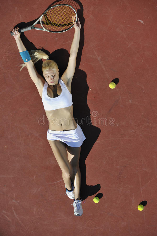 Tennis del gioco della giovane donna esterno fotografia stock libera da diritti