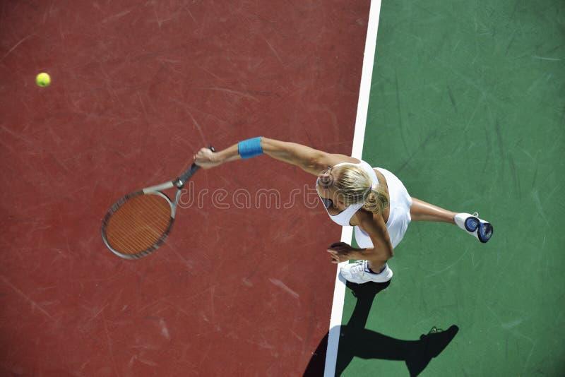 Tennis del gioco della giovane donna esterno immagini stock libere da diritti