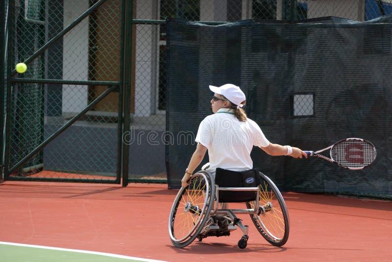 Tennis della presidenza di rotella per le persone invalide (donne) fotografia stock