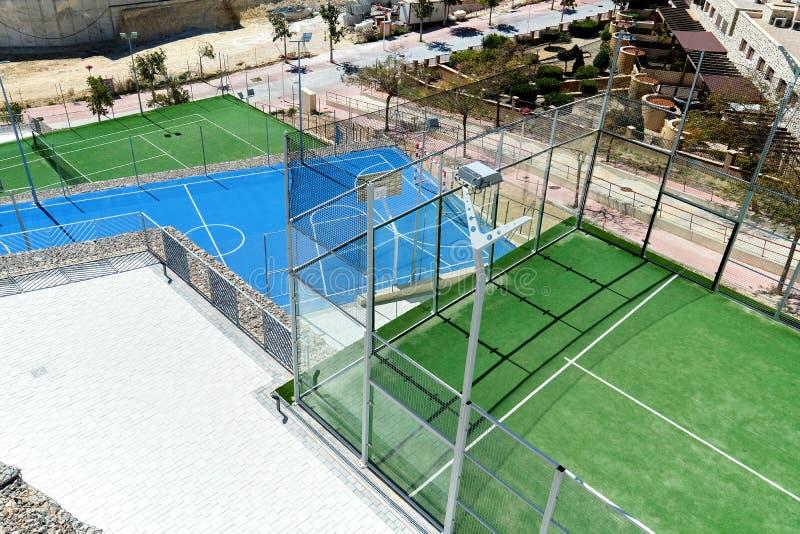 Tennis et terrains de basket photos libres de droits