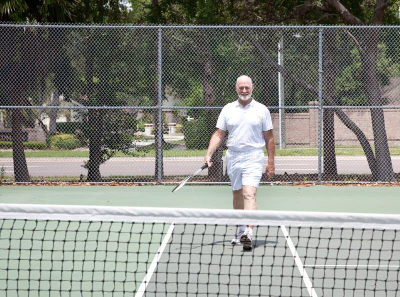 tennis för domstolmanpensionär arkivfoto