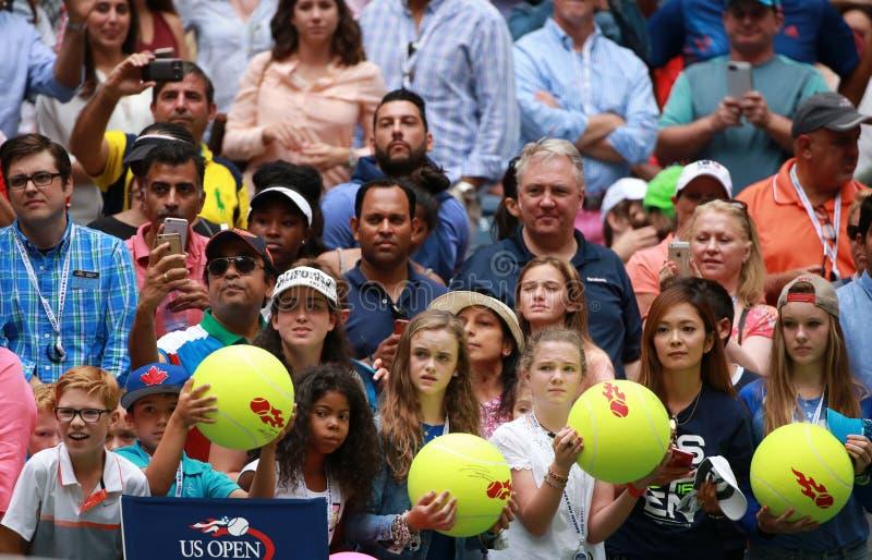 Tennis fläktar väntande autografer på den Billie Jean konungmedborgare som tennis centrerar royaltyfria bilder