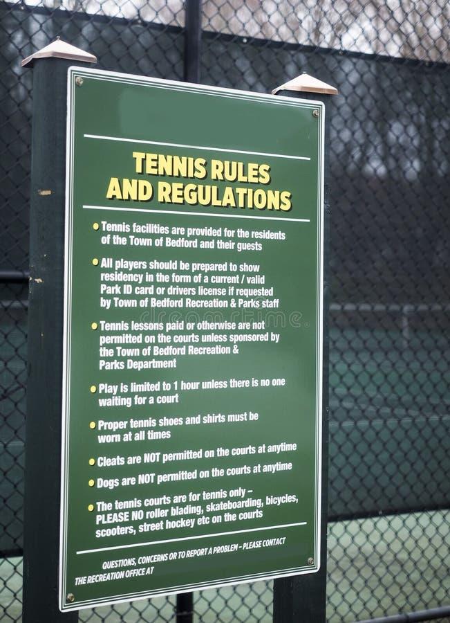 Tennis härskar tennisbanor Bedford, New York för staden för regleringsteckenallmänhet royaltyfri bild