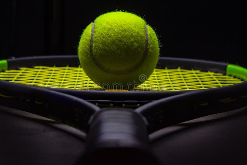 Tennis klumpa ihop sig och racket arkivfoto