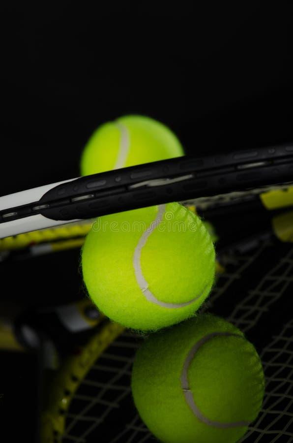 Tennis klumpa ihop sig och racket arkivbilder