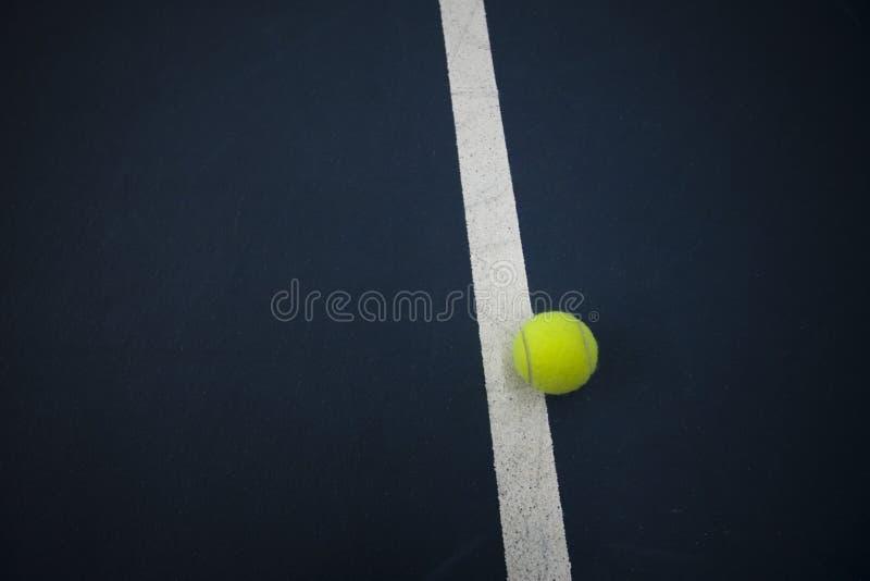 Tennis-Kugel außerhalb der Zeile lizenzfreies stockfoto