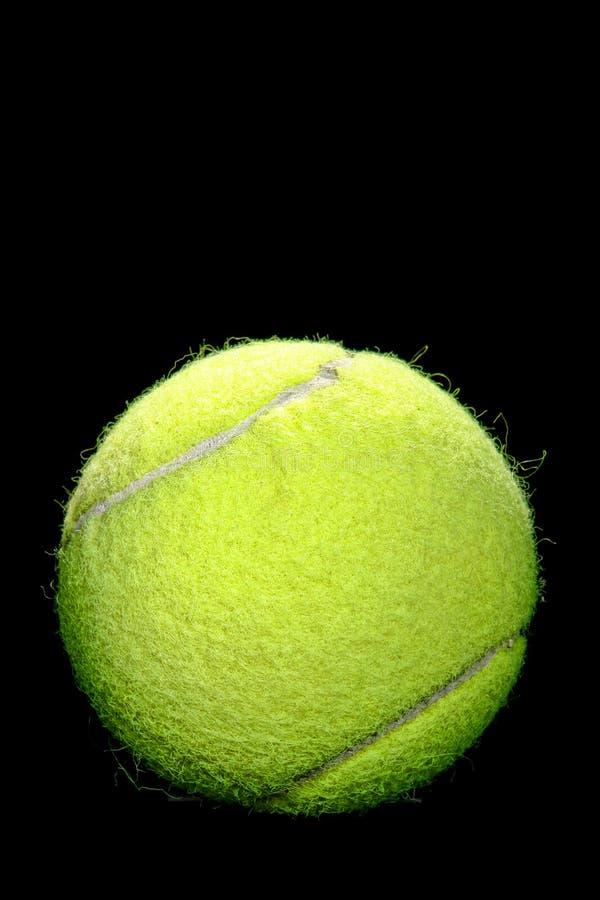 Tennis-Kugel auf Schwarzem lizenzfreies stockbild