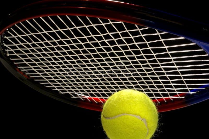 Tennis-Kugel und Schläger lizenzfreie stockfotografie