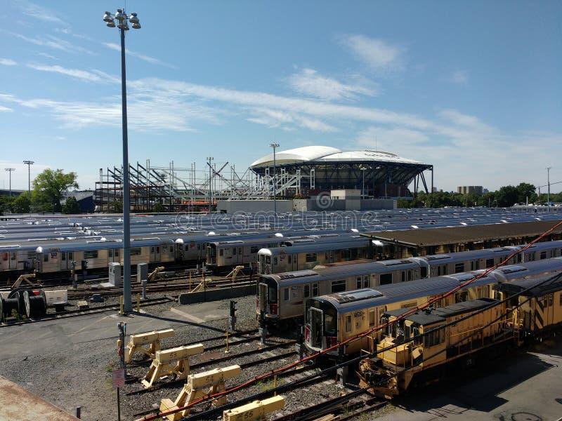 Tennis Louis Armstrong Stadium Under Construction åt sidan Arthur Ashe Stadium från Corona Rail Yard, NYC, NY, USA royaltyfri foto