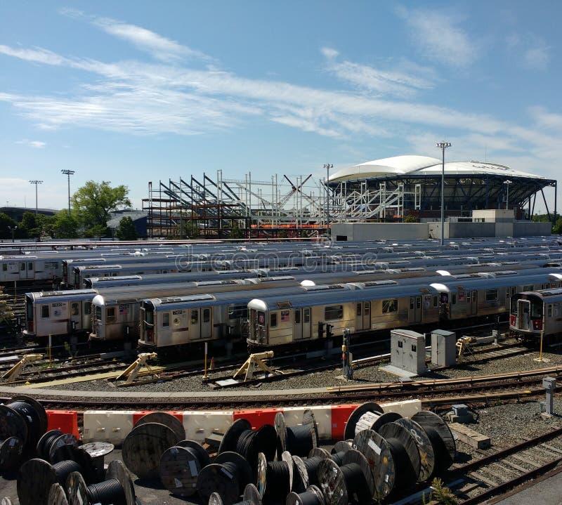 Tennis Louis Armstrong Stadium Under Construction åt sidan Arthur Ashe Stadium från Corona Rail Yard, NYC, NY, USA arkivfoton