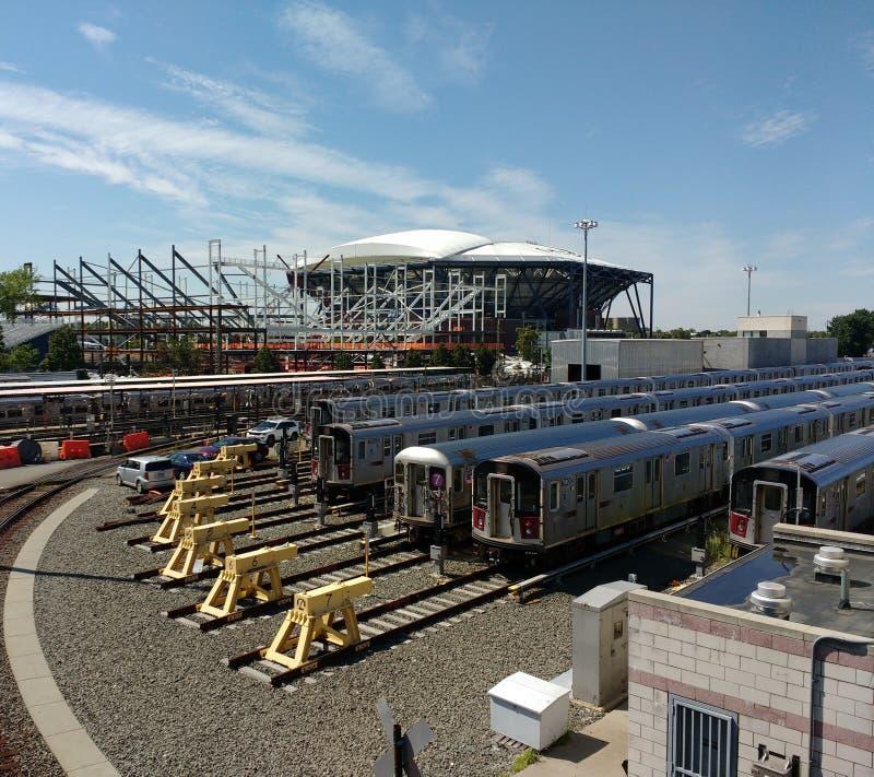 Tennis Louis Armstrong Stadium Under Construction åt sidan Arthur Ashe Stadium från Corona Rail Yard, NYC, NY, USA arkivfoto