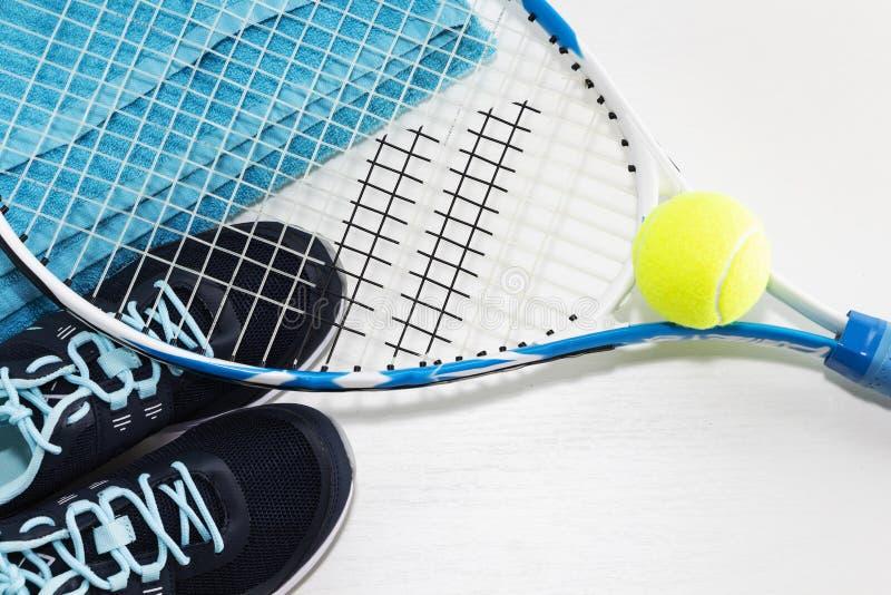 Tennis på en ljus bakgrund gymnastikskor tennisracket, boll royaltyfria foton