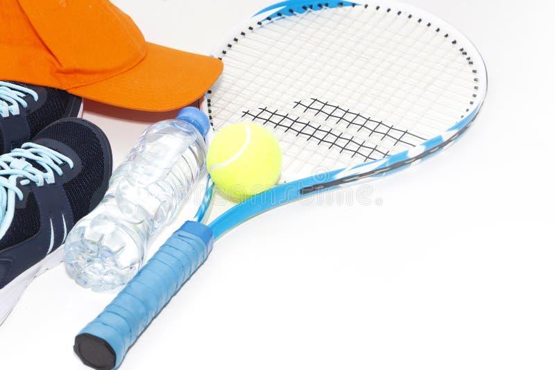 Tennis p? en ljus bakgrund gymnastikskor tennisracket, boll royaltyfri bild