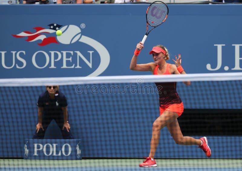 Tennis professionista Kristina Mladenovic della Francia nell'azione durante la sua partita di US Open 2015 fotografie stock