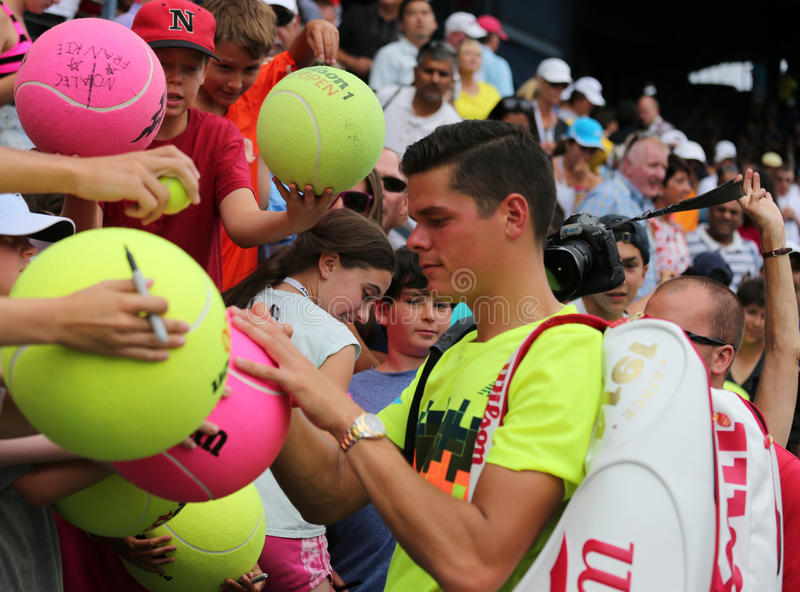 Tennis professionista Miols Raonic dagli autografi di firma del Canada dopo terzo la partita del giro all'US Open 2014 immagini stock libere da diritti