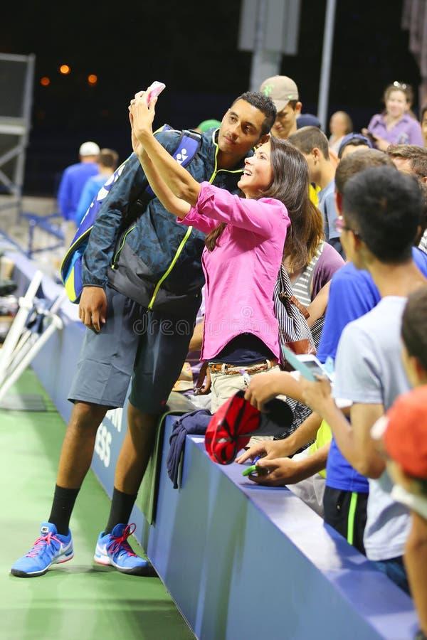 Tennis professionista Nick Kyrgios dall'Australia che prende selfie con il fan dopo la vittoria alla partita di US Open 2014 fotografia stock