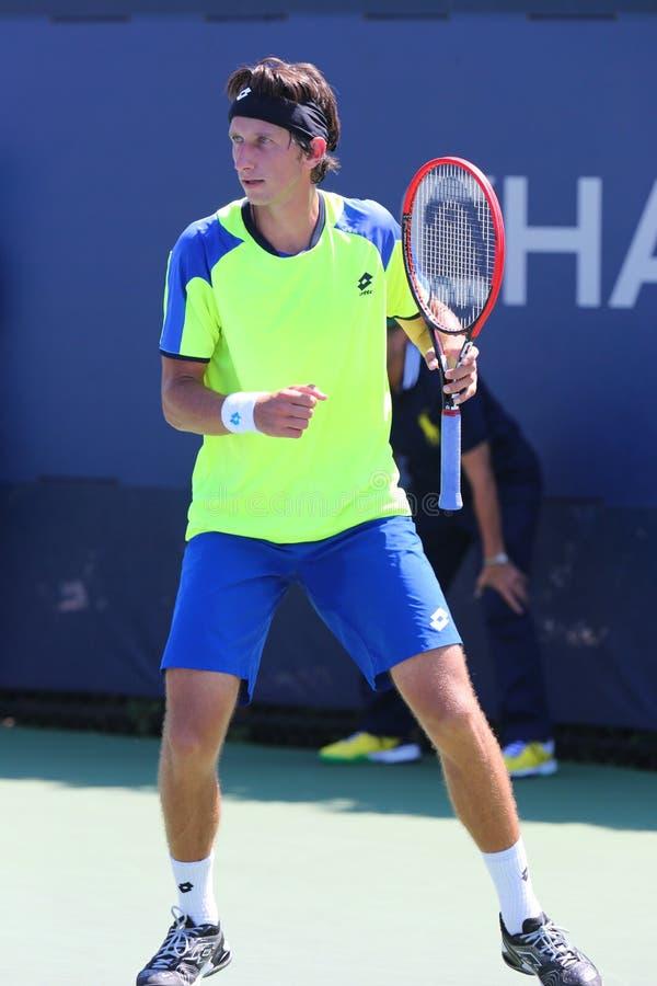 Tennis professionista Sergiy Stakhovsky dall'Ucraina durante la prima partita del giro all'US Open 2014 fotografie stock libere da diritti