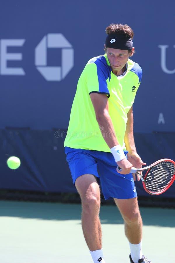 Tennis professionista Sergiy Stakhovsky dall'Ucraina durante la prima partita del giro all'US Open 2014 fotografia stock