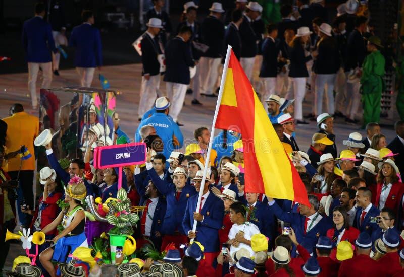 Tennis Rafael Nadal che porta la bandiera spagnola che conduce il gruppo olimpico spagnolo nella cerimonia di apertura 2016 di Ri fotografia stock libera da diritti