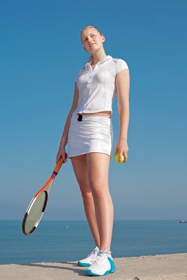 Tennis-speler op achtergrond van de hemel stock fotografie