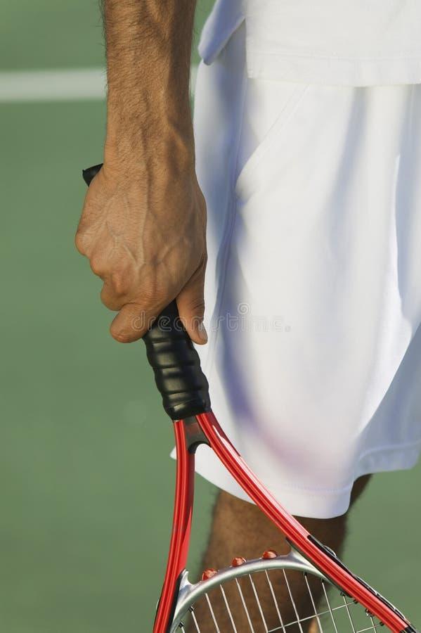 Tennis-Spielerholdingschläger lizenzfreie stockfotos