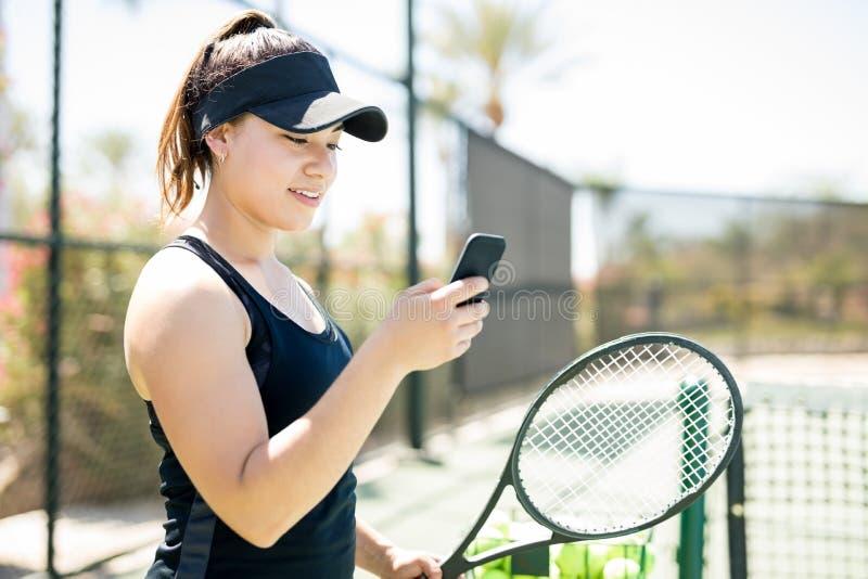 Tennis sulla rete sociale della corte immagine stock