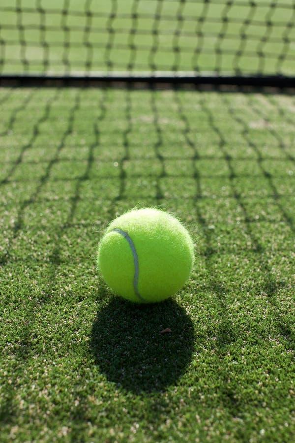 Tennisbälle auf Tennisrasenplatz lizenzfreie stockfotos