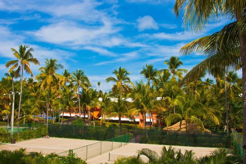 Tennisbaan in de tropische toevlucht royalty-vrije stock afbeeldingen
