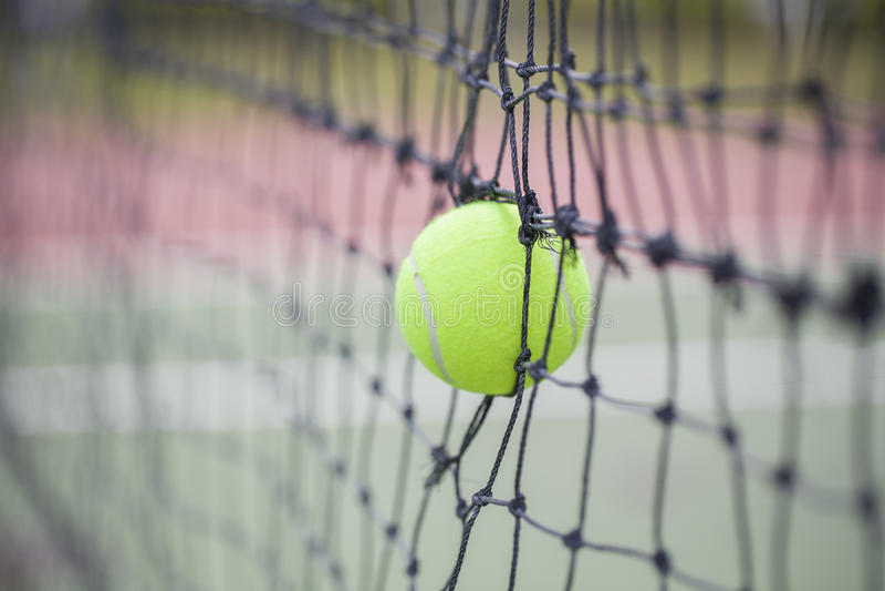 Tennisball Im Netz Am Tennisplatz Stockfoto - Bild von