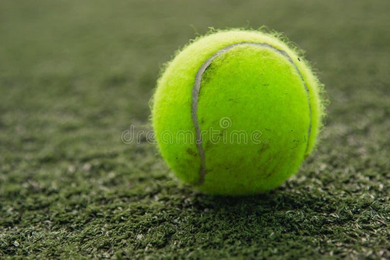 Tennisball liegt auf dem Gras lizenzfreies stockbild