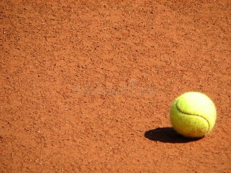 Tennisball sur la cour image libre de droits