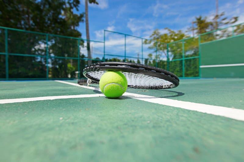 Tennisball und Schläger auf Gericht stockbilder