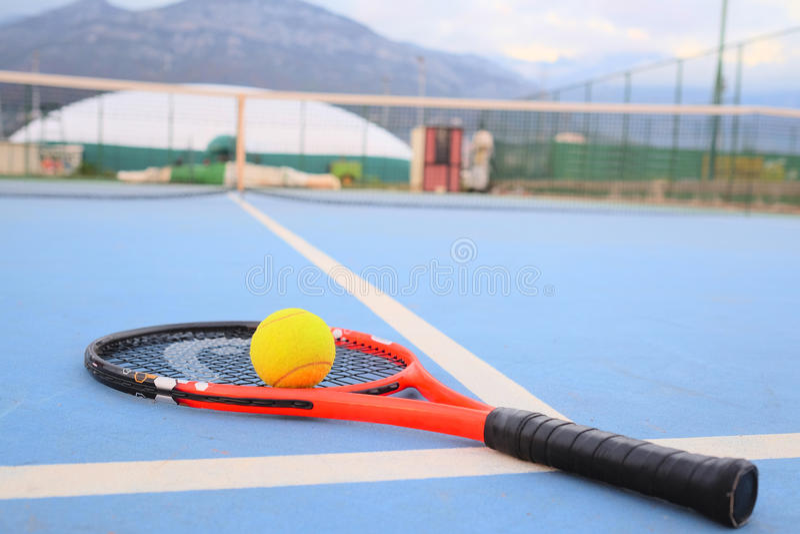 Tennisball und Tennisschläger lizenzfreies stockbild