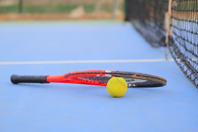 Tennisball und Tennisschläger stockbilder