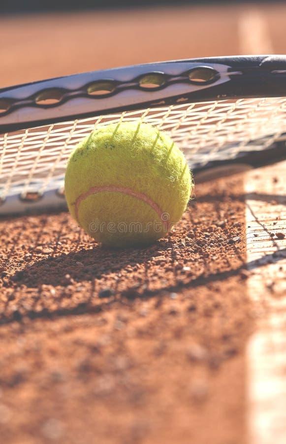 Tennisballen en racket op het hof stock afbeeldingen